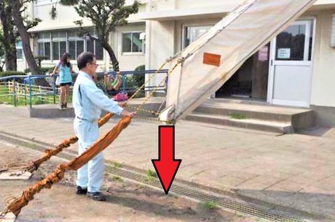 縮んだ斜降式救助袋を展張 (1)