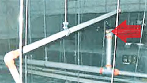 ねじ込み継手と配管の接続部分が離脱