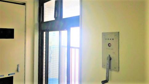 排煙窓の隣にある手動開放装置