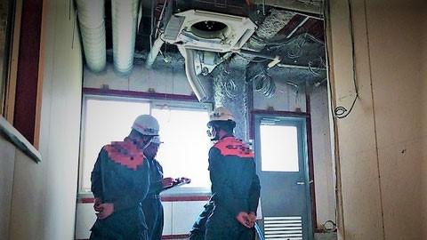 スプリンクラー設備の図面を確認する予防担当者 (2)
