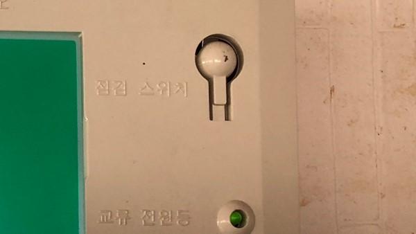 韓国の誘導灯 電池試験ボタン